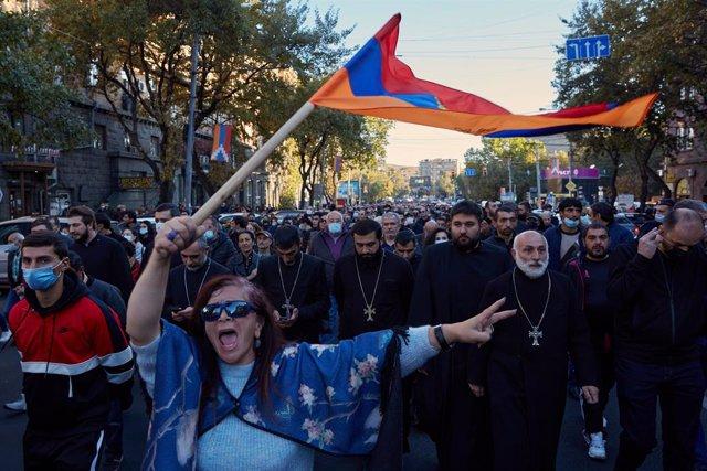 Una protesta contra el primer ministro armenio, Nikol Pashinián, en Ereván