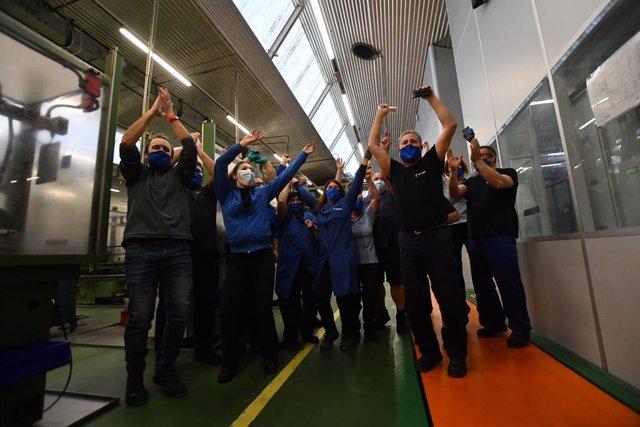 Els treballadors de la fàbrica Teixidó celebren que han guanyat la grossa