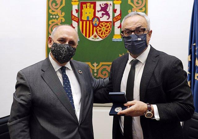 Carlos Daniel Casares, secretario general de la FEMP, junto a Alejandro Blanco, presidente del COE