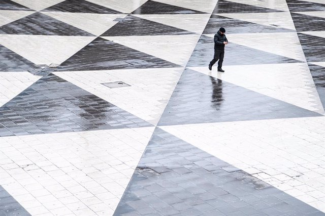 18 March 2020, Sweden, Stockholm: A policeman walks at the deserted Sergels torg, amid the fears of the Coronavirus spread. Photo: Simon Hastegã.rd/Bildbyran via ZUMA Press/dpa