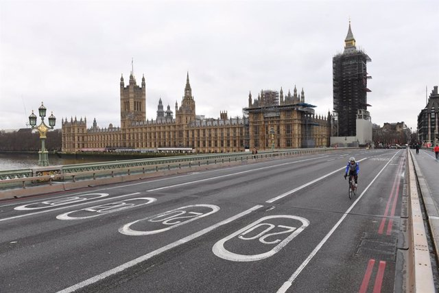 22 December 2020, England, London: A cyclist rides on the empty Westminster Bridge in London amid a strict lockdown due to the spread of the new variant coronavirus. Photo: Stefan Rousseau/PA Wire/dpa