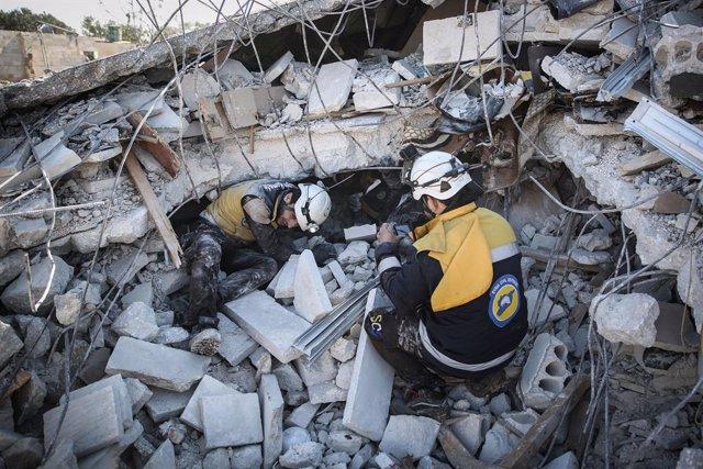 Miembros de la Defensa Civil Siria (SCD), conocidos como 'cascos blancos'