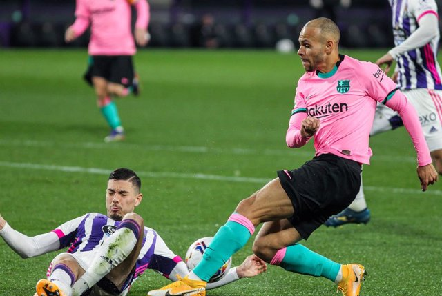 Ruben Alcaraz of Real Valladolid and Martin Braithwaite of FC Barcelona fight for the ball during La Liga football match played between Real Valladolid and FC Barcelona at Jose Zorrilla stadium on December 22, 2020 in Valladolid, Spain.