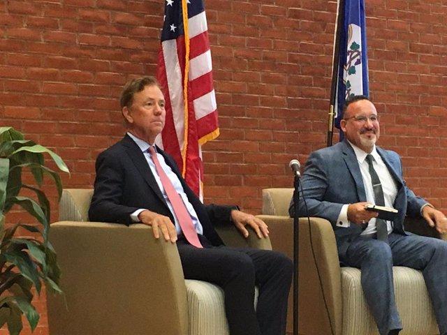 Miguel Cardona, a la derecha, es el elegido por el presidente electo de EEUU, Joe Biden, para ser el próximo secretario de Educación.