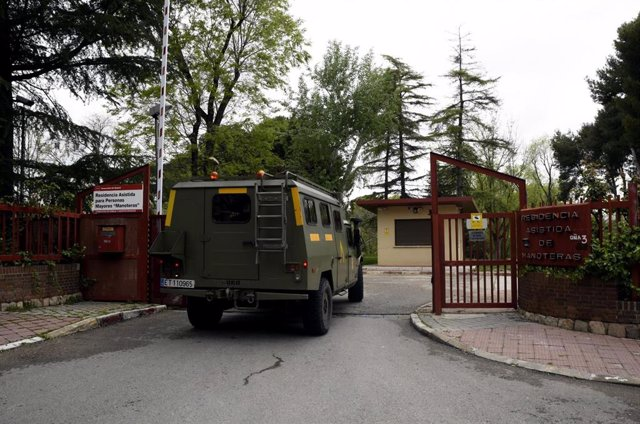 Un furgón militar de la Unidad Militar de Emergencia (UME) entra por la puerta de la residencia de Mayores 'Manoteras' donde los efectivos llevan a cabo labores de desinfección con el fin de evitar la propagación del coronavirus en los centros de mayores,