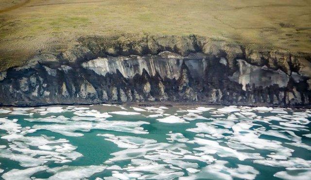 La costa de la península de Bykovsky en el centro del Mar de Laptev, Siberia se retira durante el verano, cuando los bloques de hielo permafrost caen a la playa y son erosionados por las olas.