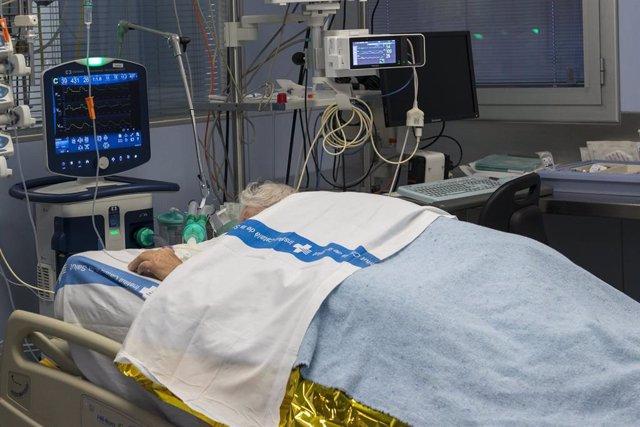 Un paciente ingresado en la Unidad de Cuidados Intensivos (UCI) para enfermos de coronavirus del Hospital Universitario Dr. Josep Trueta de Girona, Catalunya (España), a 21 de diciembre de 2020.