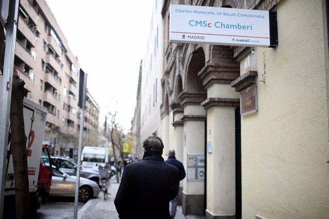 Inmediaciones del centro de salud de Andrés Mellado en la ZBS del mismo nombre en Madrid (España), a 21 de diciembre de 2020. Andrés Mellado es una de las cinco Zonas Básicas de Salud que contarán con restricciones de movilidad en la Comunidad de Madrid d