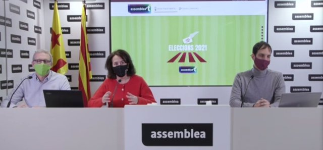 La presidenta de l'ANC, Elisenda Paluzie, en roda de premsa telemàtica al costat del vicepresident de l'entitat, David Fernández, i del coordinador de la Comissió de Comunicació, Adrià Alsina.