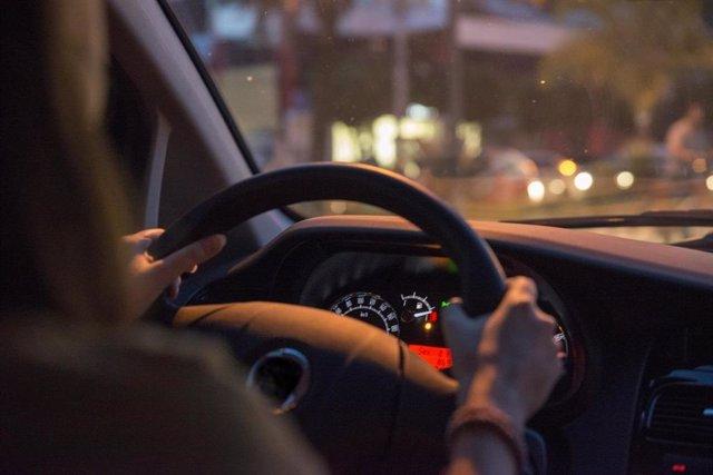 Mujer conduciendo un coche.