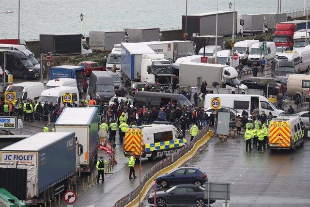 23 December 2020, Dover (Inglaterra):. Tráfico bloqueado en las carreteras próximas al puerto de Dover