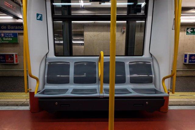 Un vagón de Metro de Madrid totalmente vacío durante la tercera semana de confinamiento por coronavirus, en Madrid (España), a 31 de marzo de 2020.