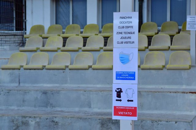 Recomanacions per fer front al coronavirus en un estadi de Lugano, Suïssa.