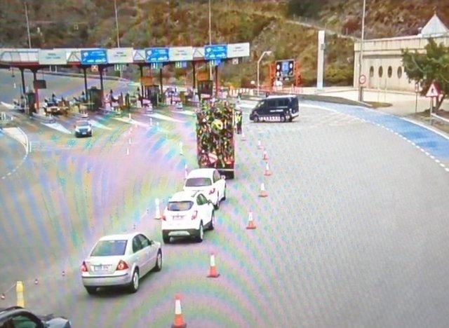 Retencions a la carretera C-17 a Ripoll (Girona) el primer dia de tancament perimetral de les comarques del Ripollès i la Cerdanya (Girona), 23 de desembre del 2020.
