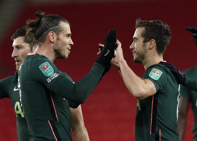 23 December 2020, England, Stoke-on-Trent: Tottenham Hotspur's Gareth Bale (L) celebrates scoring his side's first goal with teammate Harry Winks during the English Carabao Cup Quarter Final soccer match between Stoke City and Tottenham Hotspur at the bet