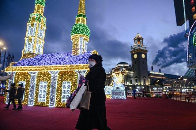 Una mujer con mascarilla pasaea por el centro de Moscú