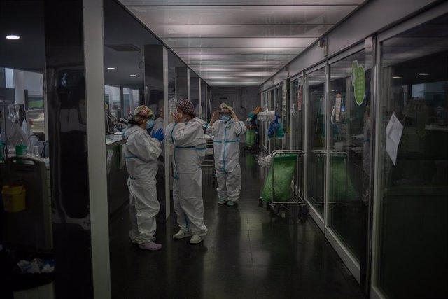 Diversos sanitaris protegits en la Unitat de Vigilància intensiva (Arxiu)