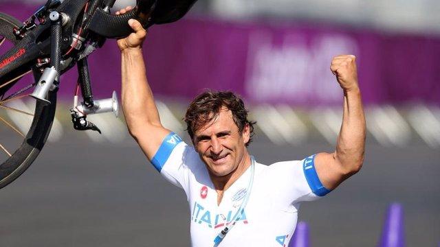 Alex Zanardi celebra uno de sus oros en los Juegos de Rio 2016