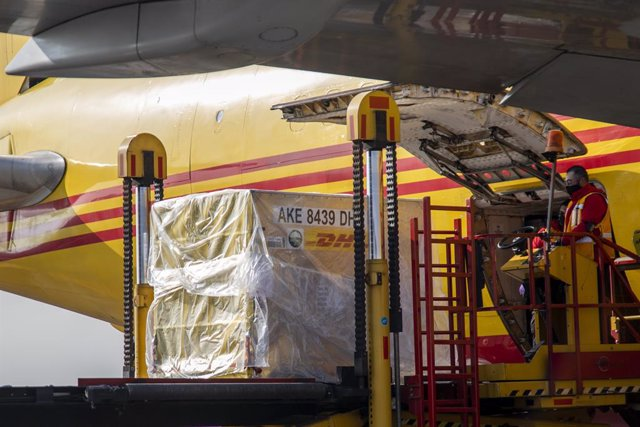 23 December 2020, Mexico, Mexico City: Workers unload the first shipment of the coronavirus Pfizer vaccine from a DHL Boeing 767-339 at the international airport. Photo: Jair Cabrera Torres/dpa