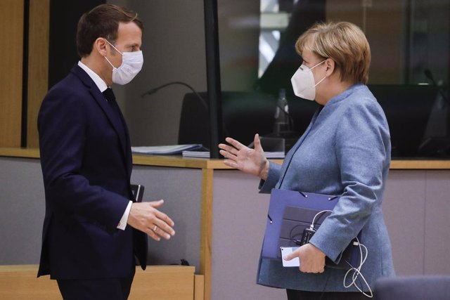15 October 2020, Belgium, Brussels: French President Emmanuel Macron and German Chancellor Angela Merkel talk before the start of a two days European Council summit focusing on Brexit negotiations. Photo: Pool Thierry Roge/BELGA/dpa