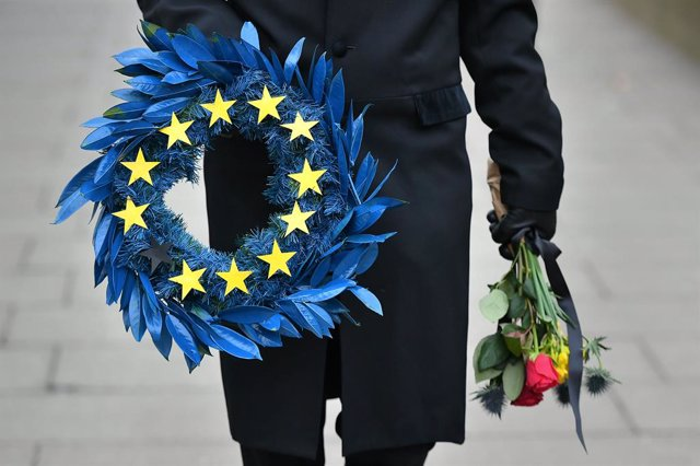 31 January 2020, England, London: A man dressed as a mortician hold a wreath with 11 stars instead of the 12 stars of the EU flag in Parliament Square, ahead of the UK leaving the European Union at 11pm on Friday. Photo: Dominic Lipinski/PA Wire/dpa