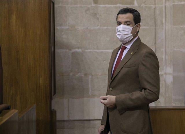 El presidente de la Junta de Andalucía, Juanma Moreno, minutos antes del inicio de la sesión de control al gobierno con preguntas al presidente de la Junta en la primera jornada del Pleno del Parlamento andaluz. En Sevilla (Andalucía, España) , a 16 de di