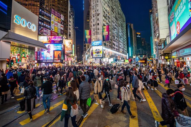 20 December 2020, China, Hong kong: People are seen wearing facemasks as preventive measure against the spread of coronavirus as they cross the road in a shopping area. Photo: Geovien So/SOPA Images via ZUMA Wire/dpa