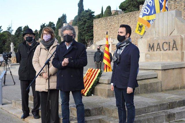 Toni Castellà i Titon Lailla en el cementiri de Montjuïc de Barcelona en l'ofrena de Demòcrates davant la tomba de l'expresident de la Generalitat Francesc Macià