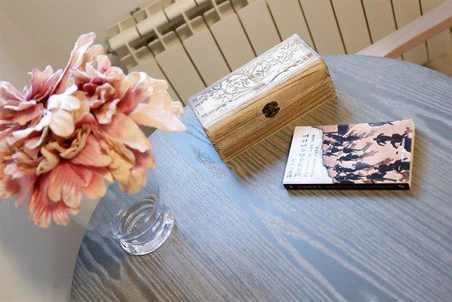 Detalle de un jarrón de flores y un libro sobre una mesa de una de las estancias del Centro de Mayores Vitalia Canillejas, la primera Residencia de cuidados COVID para personas mayores, habilitada por la Comunidad de Madrid, en Madrid (España), a 16 de oc