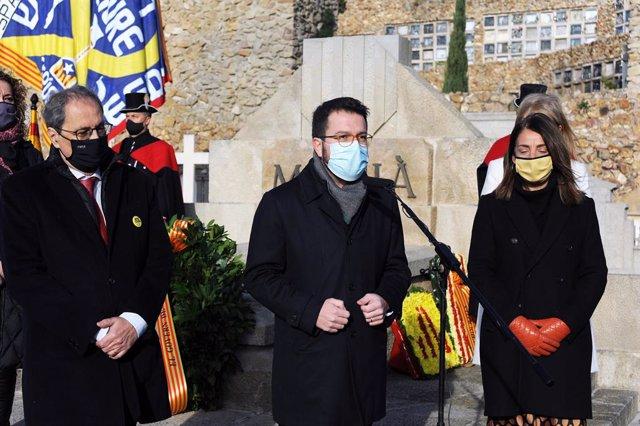 L'expresident de la Generalitat Quim Torra, el vicepresident Pere Aragonès i la consellera Meritxell Budó en el cementiri de Montjuïc de Barcelona en l'ofrena del PDeCAT davant la tomba de l'expresident de la Generalitat Francesc Macià