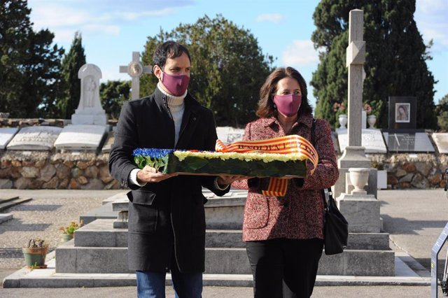 Adrià Alsina i Elisenda Paluzie en el cementiri de Montjuïc de Barcelona en l'ofrena de l'ANC davant la tomba de l'expresident de la Generalitat Francesc Macià