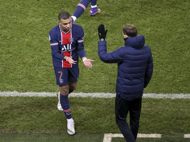 Kylian Mbappe of PSG salutes coach of PSG Thomas Tuchel when he's replaced during the French championship Ligue 1 football match between Paris Saint-Germain (PSG) and RC Strasbourg on December 23, 2020 at Parc des Princes stadium in Paris, France - Photo