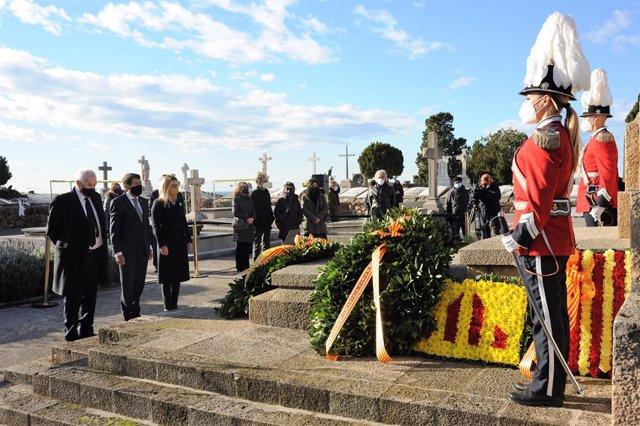 El tinent d'alcalde de Barcelona, Albert Batlle, i els regidors Ernest Maragall (ERC) i Elsa Artadi (JxCat) en el cementiri de Montjuïc de Barcelona en l'ofrena de JxCat davant la tomba de l'expresident de la Generalitat Francesc Macià
