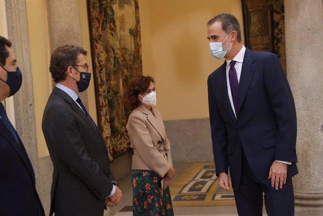Feijóo con el rey Felipe VI en acto de la RAE en Madrid