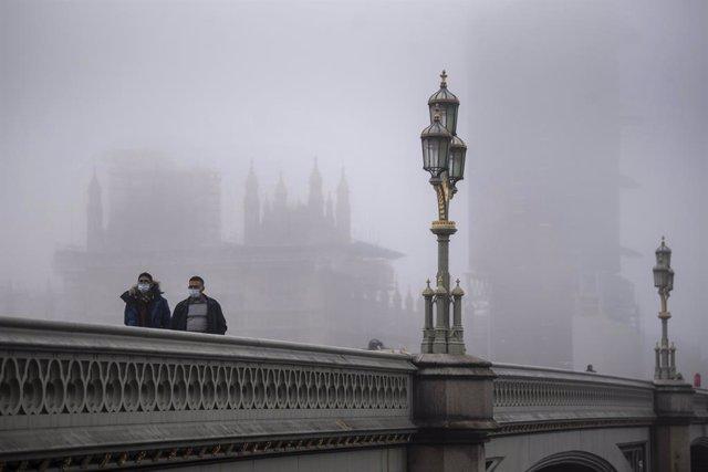 Dos hombres con mascarilla en Londres