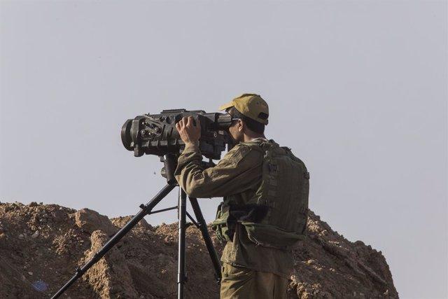 Un soldado israelí vigila la frontera con Gaza en una imagen de archivo.