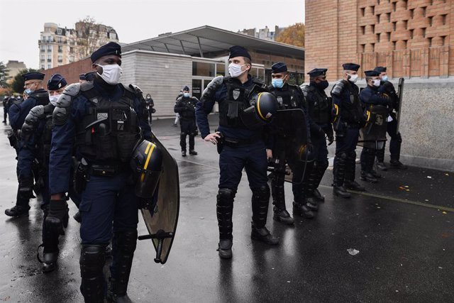 10 November 2020, France, Paris: Police officers stand guard outside Henri Bergson High School as students block their school during a protest to denounce the insufficient health measures to fight against the spread of the Coronavirus (Covid-19). Photo: J