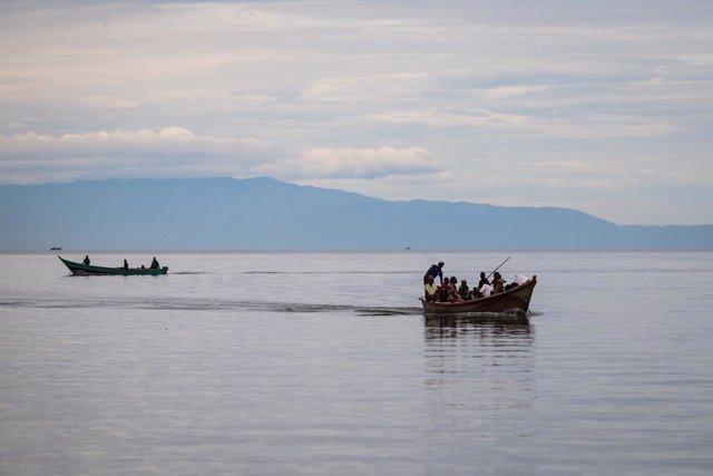 Imagen de archivo de dos embarcaciones en el Lago Alberto, en Uganda.