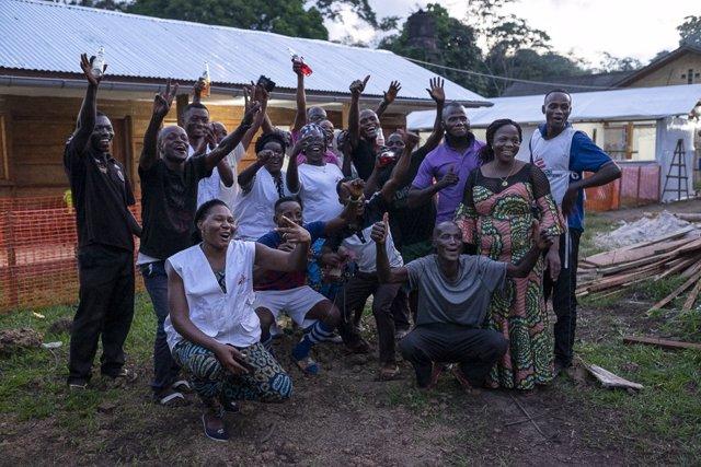 Un equipo de MSF celebra el fin del brote de ébola en el oeste de República Democrática del Congo