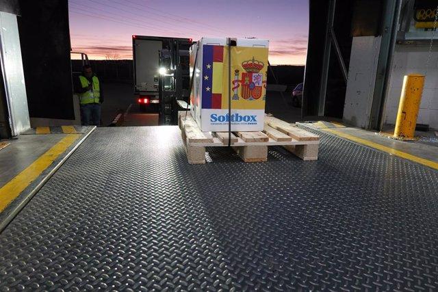 Llegan las primeras dosis de la vacuna contra el COVID-19 a España, en Guadalajara (Castilla-La Mancha, España) a 26 de diciembre de 2020. El camión que las transportaba desde Bélgica ha llegado al almacén de Guadalajara a las 07:29 de este sábado.