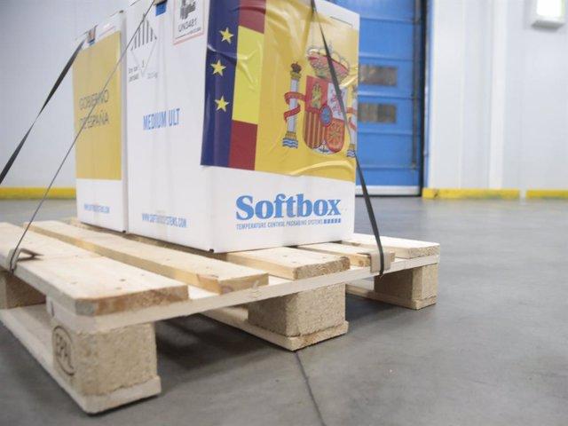 Caixa en la qual arriben les primeres dosis de la vacuna contra el COVID-19 a Espanya, a Guadalajara (Castella-la Manxa, Espanya) a 26 de desembre de 2020. El camió que les transportava des de Bèlgica ha arribat al magatzem de Guadalajara a les 07:29 d'es