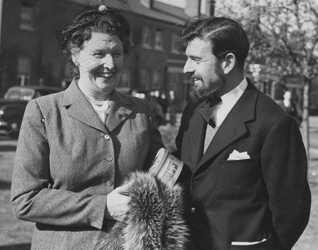 El agente doble británico y soviético George Blake junto a su madre tras regresar de su cautiverio en Corea del Norte