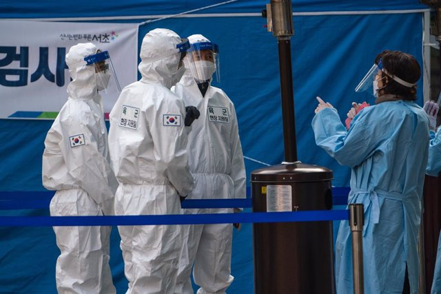 26 December 2020, South Korea, Seoul: Health workers dressed wearing full protective suits stand at a temporary COVID-19 testing centre in Gangnam Station. Photo: Simon Shin/SOPA Images via ZUMA Wire/dpa