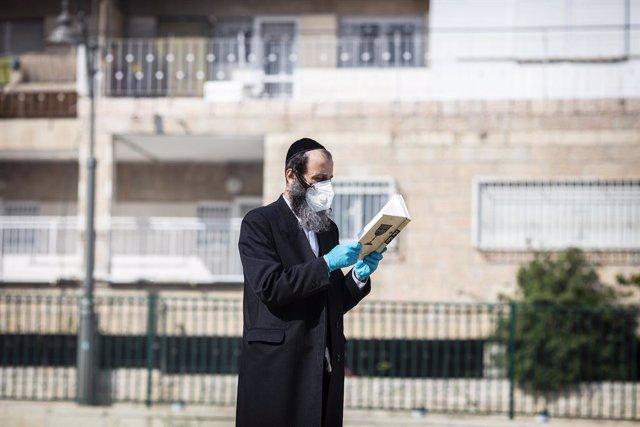 Un judío ortodoxo con mascarilla en Jerusalén, Israel