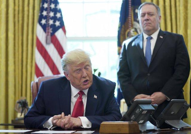 El presidente de Estados Unidos, Donald Trump, en el Despacho Oval junto al secretario de Estado, Mike Pompeo