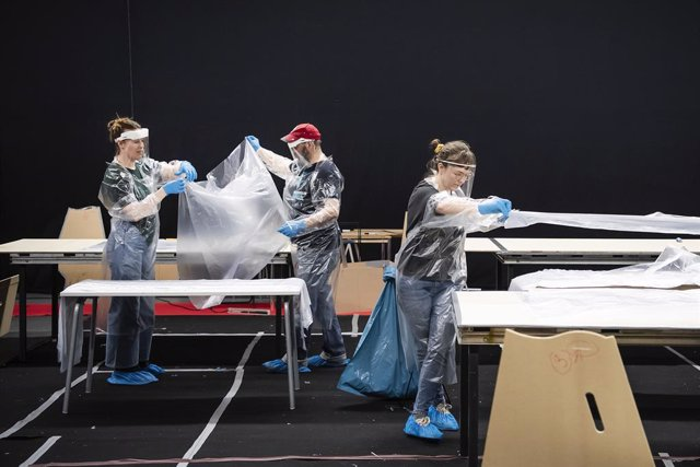 21 April 2020, Sweden, Stockholm: Volunteers work on proucing protective clothing for health care workers amid the coronavirus (COVID-19) outbreak. Photo: Johanna Lundberg/Bildbyran via ZUMA Press/dpa