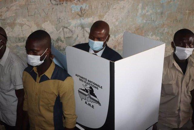 El presidente de República Centroafricana, Faustin-Archange Touadéra, vota en las elecciones