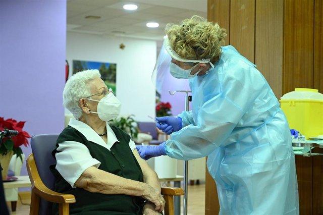 Araceli, de 96 años es la primera persona en vacunarse contra el COVID-19 en España