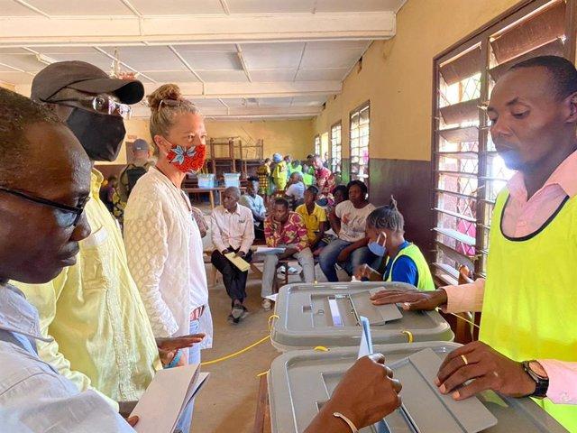 La representante de la ONU en República Centroafricana, Denise Brown, supervisa las elecciones