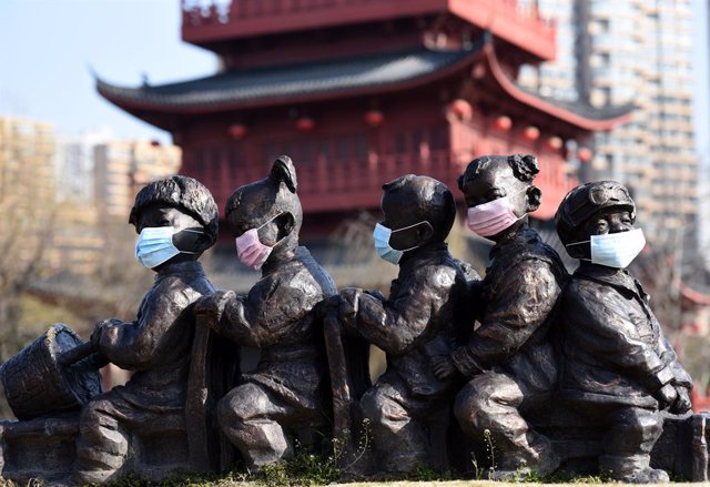 24 February 2020, China, Huai'an: Face masks were put on sculptures of children at cultural corridor of Li Canal, calling for the public to enhance health awareness and fight against the coronavirus. Photo: He Jinghua/SIPA Asia via ZUMA Wire/dpa